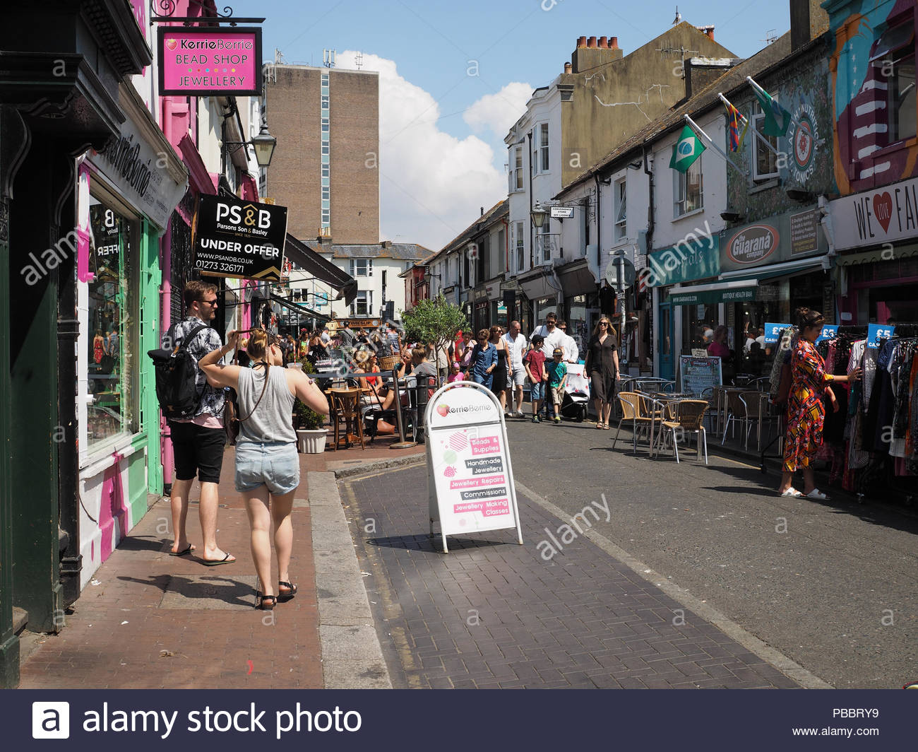 Crowded Brighton Lanes, shoppers in the Sunshine, Summer 2018, England, UK - Stock Image