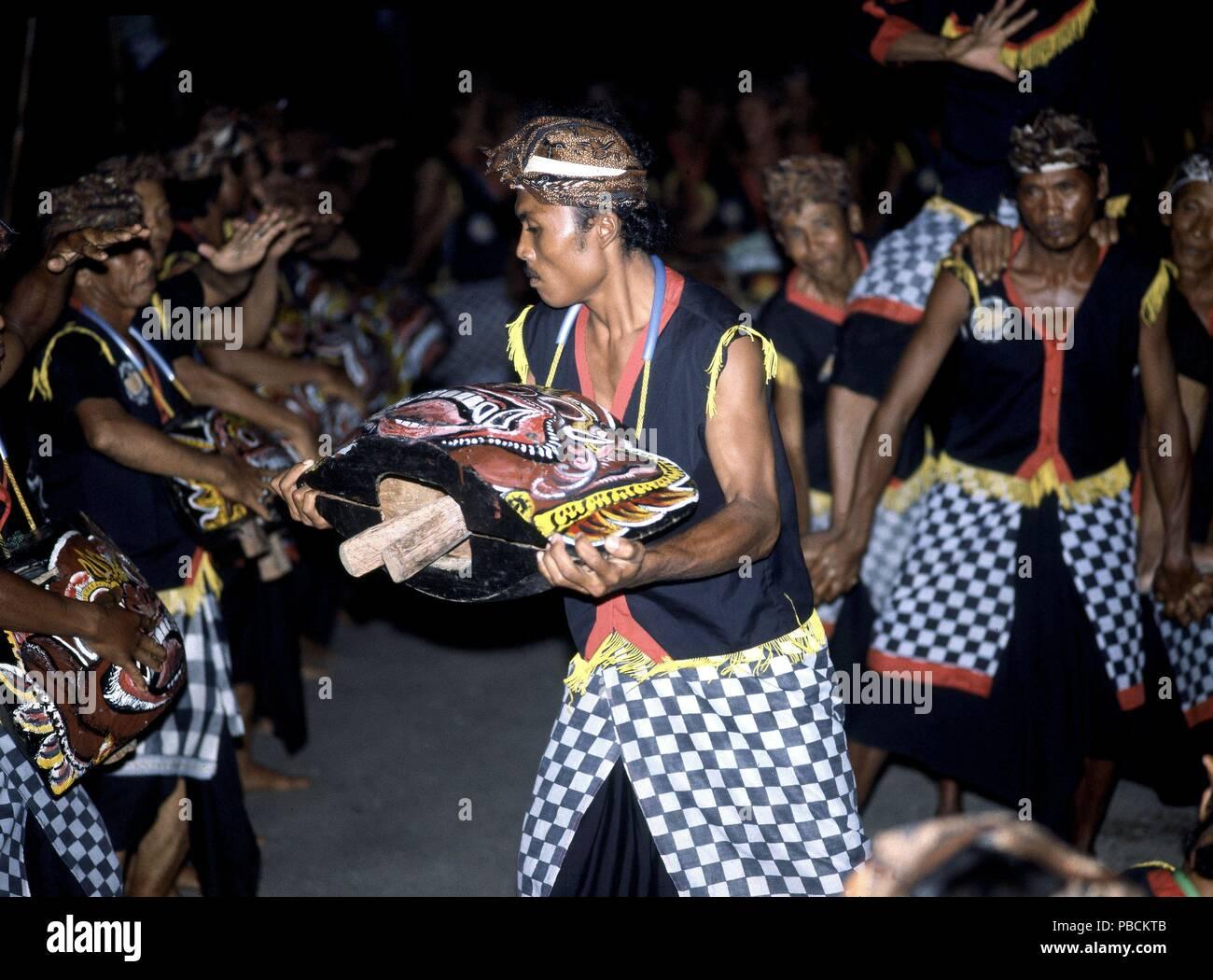 ESPECTACULO-DANZAS BARONG-HOMBRES CON TRAJES TIPICOS Y CARETAS. Location: KERAMBITAN-PAL PRINC, INDONESIA. - Stock Image