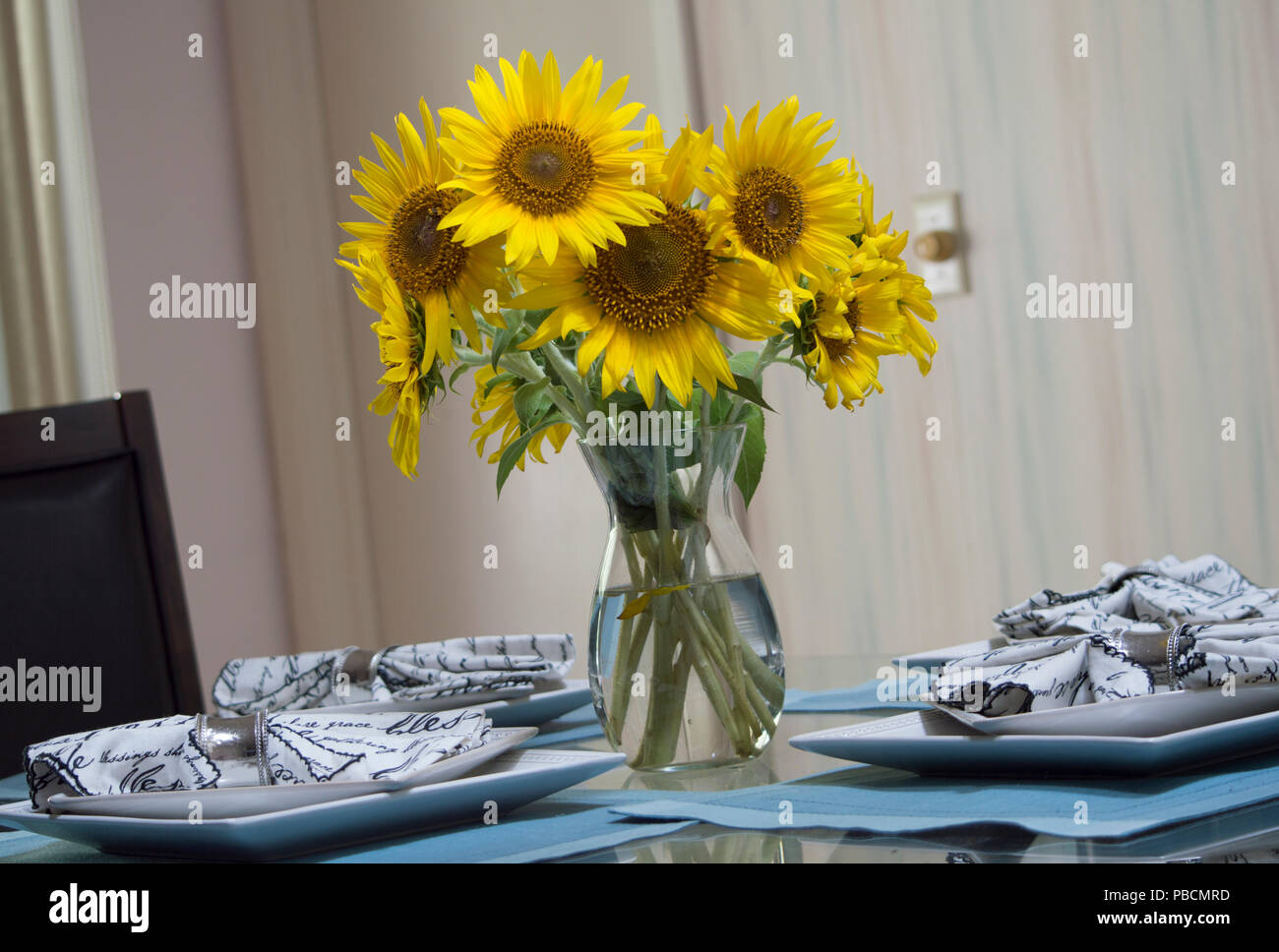 The Beautiful Centerpiece Filled With Sunflowers On A Dining Room Table Stock Photo Alamy