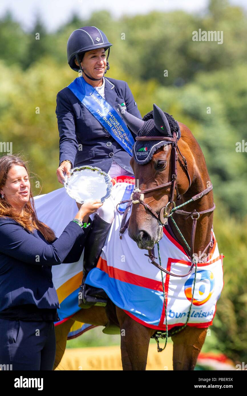Sussex, UK. 28th July 2018. Winner. Laura Kraut riding Nouvelle. USA. The Bunn Lesiure Salver. Prizegiving. Prsented by Chloe Bunn. Showjumping. Longines FEI Jumping Nations Cup of Great Britain at the BHS Royal International Horse Show. All England Jumping Course. Hickstead. Great Britain. 28/07/2018. Credit: Sport In Pictures/Alamy Live News - Stock Image