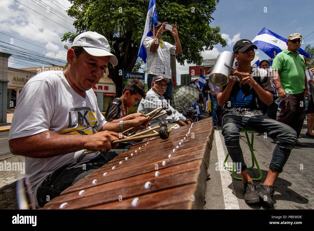 Managua, Nicaragua. 28 de julio 2018 Un señor toca la tradicional marimba mientras ciudadanos marchan este sábado en respaldo a obispos y sacerdotes de Nicaragua, en la crisis que sufre el país luego de más de 100 días de protestas contra el gobierno. - Stock Image