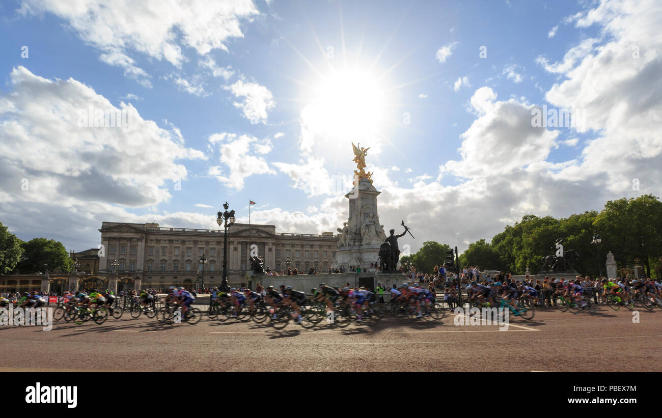 London, UK, 28 July 2018. Prudential RideLondon Classique. The peloton passes Buckingham Palace during the RideLondon Classique - a 65km race around a 5.4km circuit finishing on The Mall. The race was won by Kirsten Wild (Wiggle-High5, NED). Stock Photo