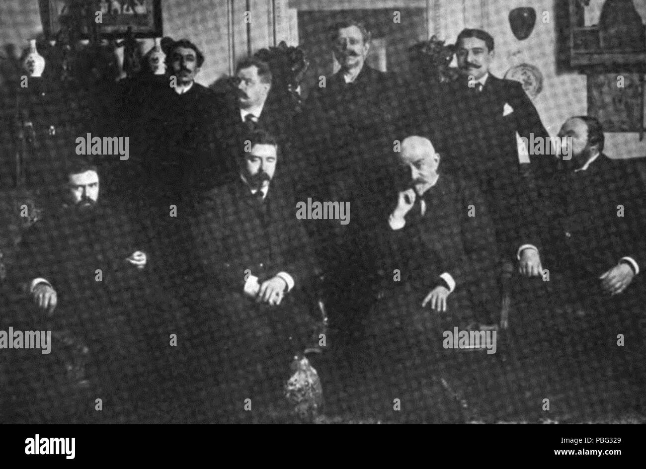 . English: Standing: Élémir Bourges, Lucien Descaves, Léon Hennique and Léon Daudet. Sitting: Gustave Geffroy, H. Rosny, Joris-Karl Huysmans, J. Rosny. no later than 1907 1550 Some Members of the Goncourt Academy Stock Photo