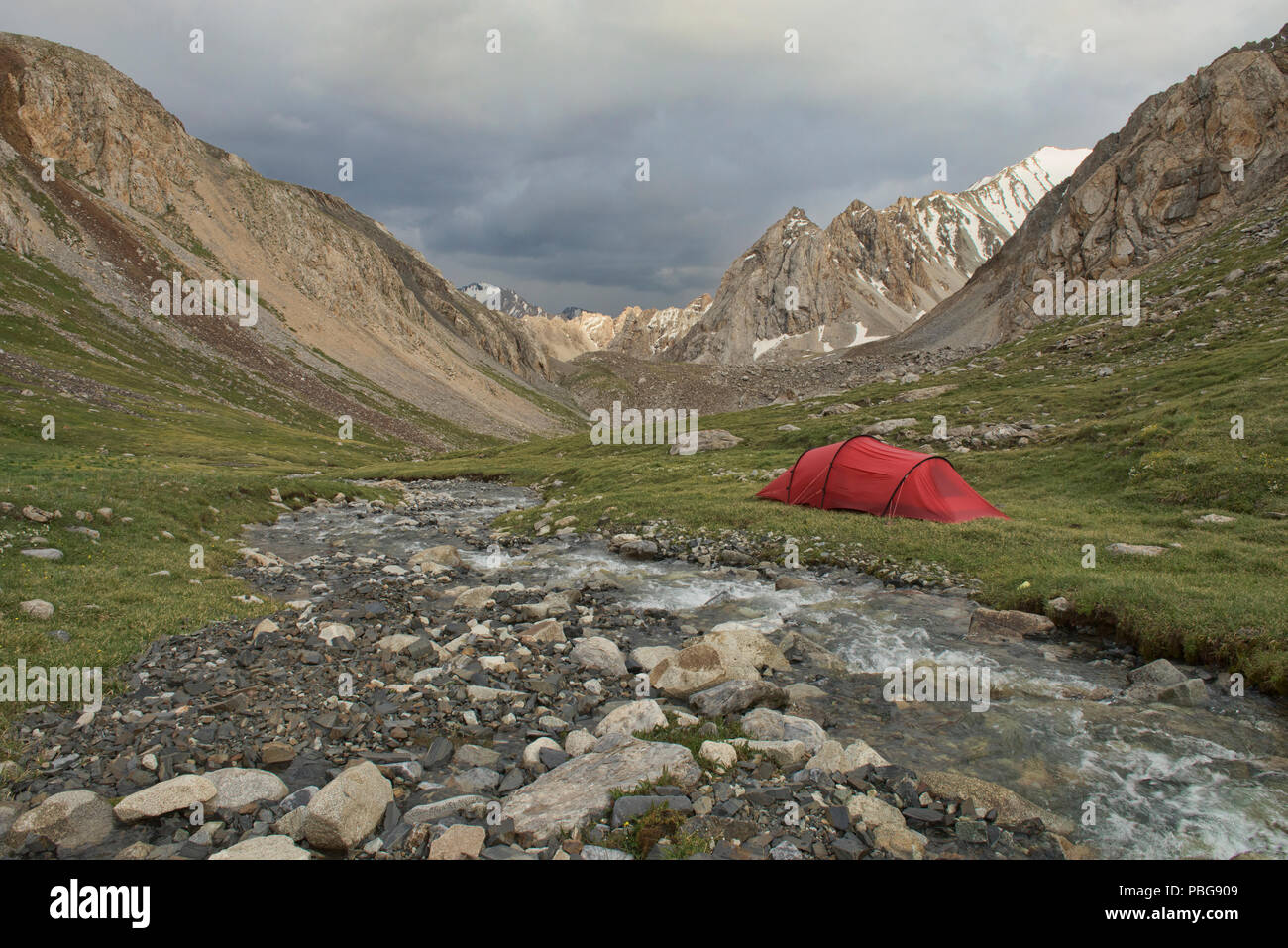 Alpine camp on the epic Heights of Alay route, Alay, Krygyzstan - Stock Image