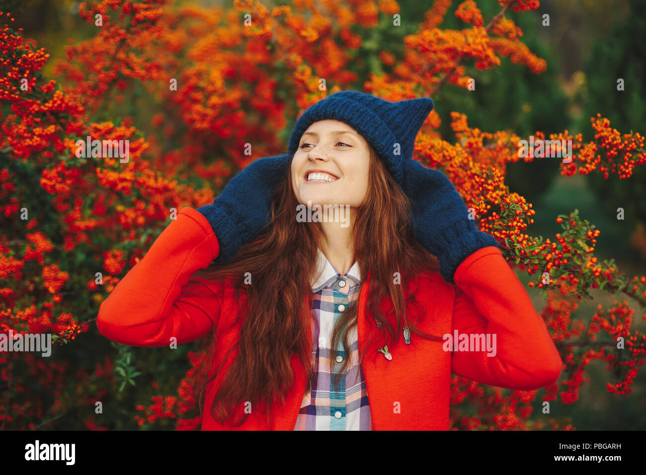 Model wearing stylish winter beanie hat and gloves - Stock Image