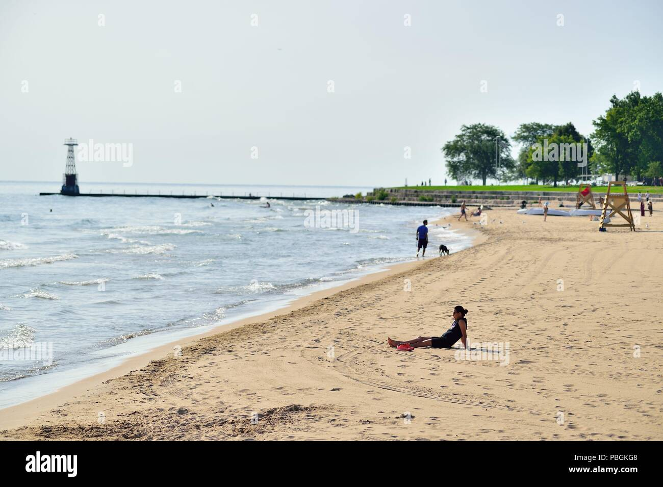 Chicago, Illinois, USA. A mostly deserted stretch of beach at Hollywood Beach, also known as Kathy Osterman Beach. - Stock Image