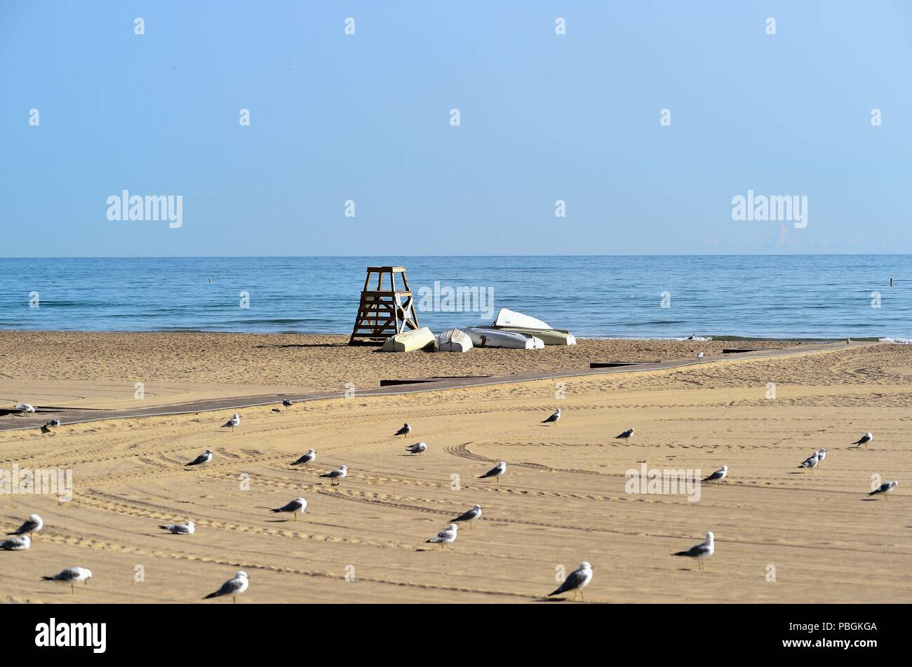 Chicago, Illinois, USA. An empty stretch of sand inhabited only by seagulls and a life guard station at Hollywood Beach, aka Kathy Osterman Beach). - Stock Image