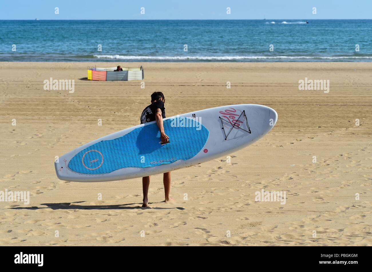 Chicago, Illinois, USA .Man making his way across the sand of Hollywood Beach, also knon as the Kathy Osterman Beach. - Stock Image