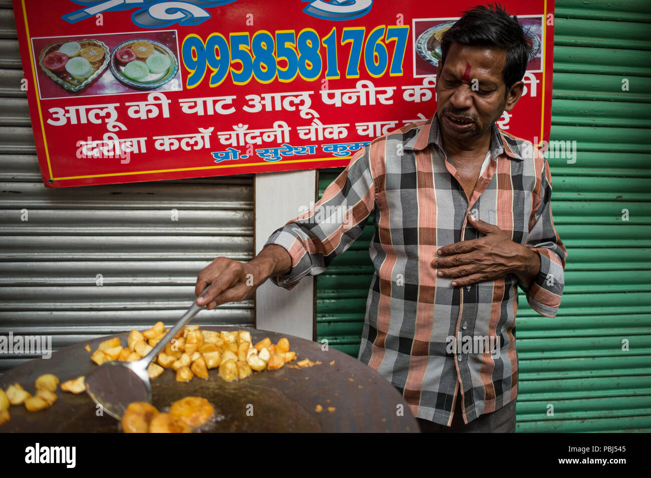 Street food seller in the streets of New Dheli, India, Asia - Stock Image