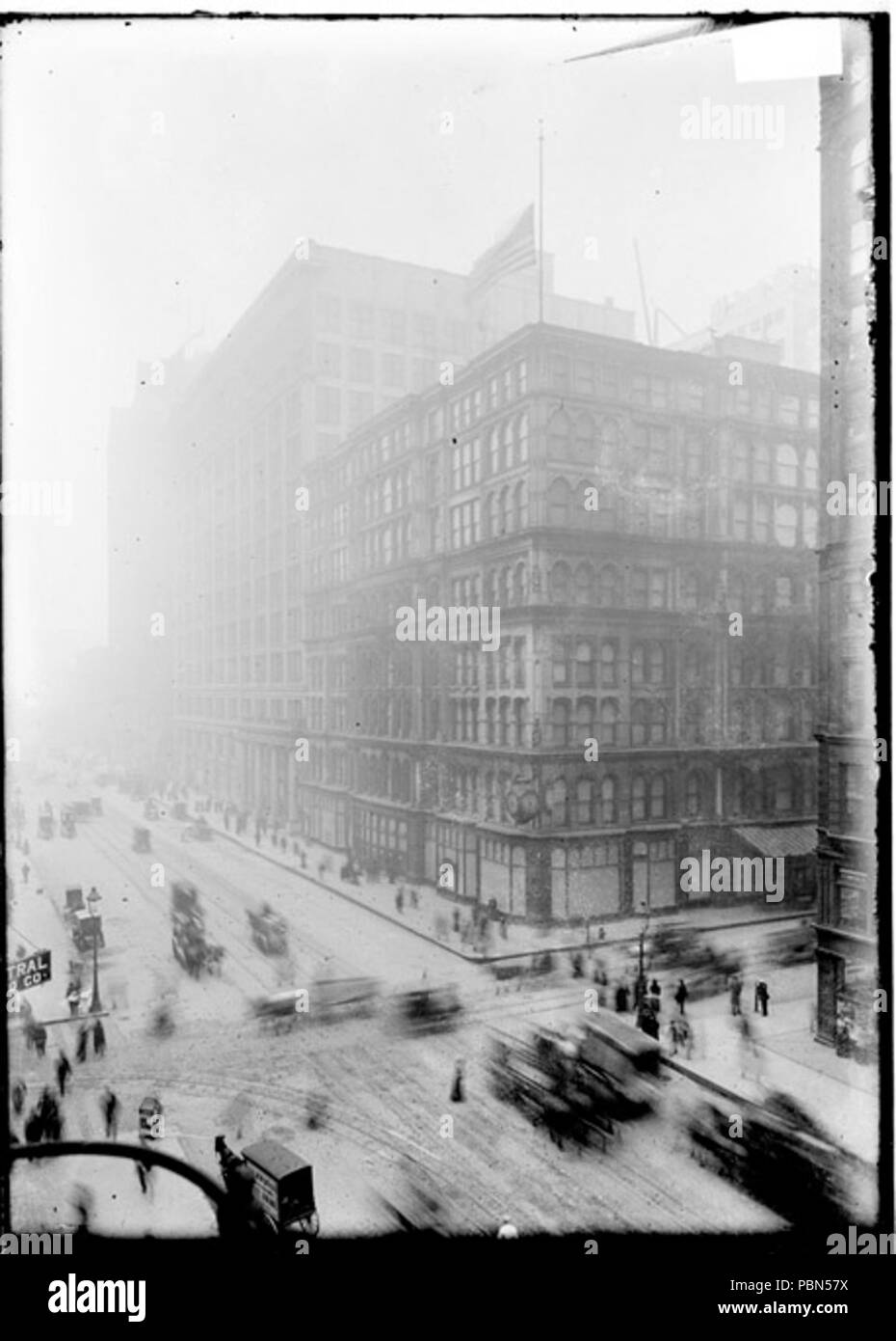 . English: Exterior view of the Marshall Field & Company building seen from across the street intersection with carts and wagons moving along the street in front. The store was located at located at 111 North State Street between East Randolph and East Washington Streets in the Loop community area of Chicago. circa 1905 1001 Marshall Field Building in 1905 - Stock Image