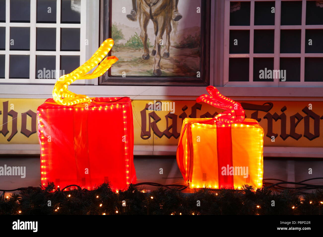 Illuminated Christmas packages, Christmas decoration at dusk, Bremen, Germany, Europe  I Beleuchtete Weihnachtspakete, Weihnachtsdekoration  bei Abend - Stock Image