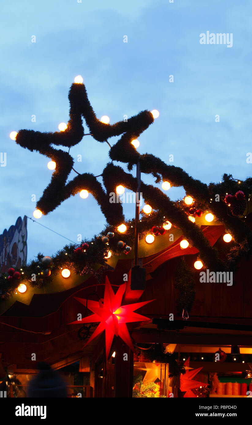 Lit star on a Christmas market stall, Christmas decoration at dusk, Bremen, Germany, Europe   I Beleuchteter stern auf einer Weihnachtsmarktbude, Weih - Stock Image