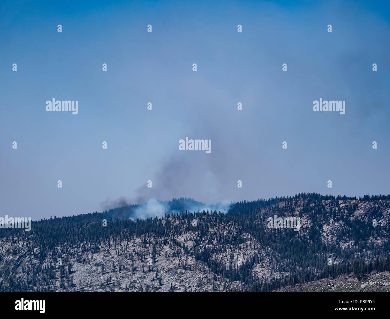 Forest fire smoke, Inyo National Forest above Mammoth Lakes, California. - Stock Image