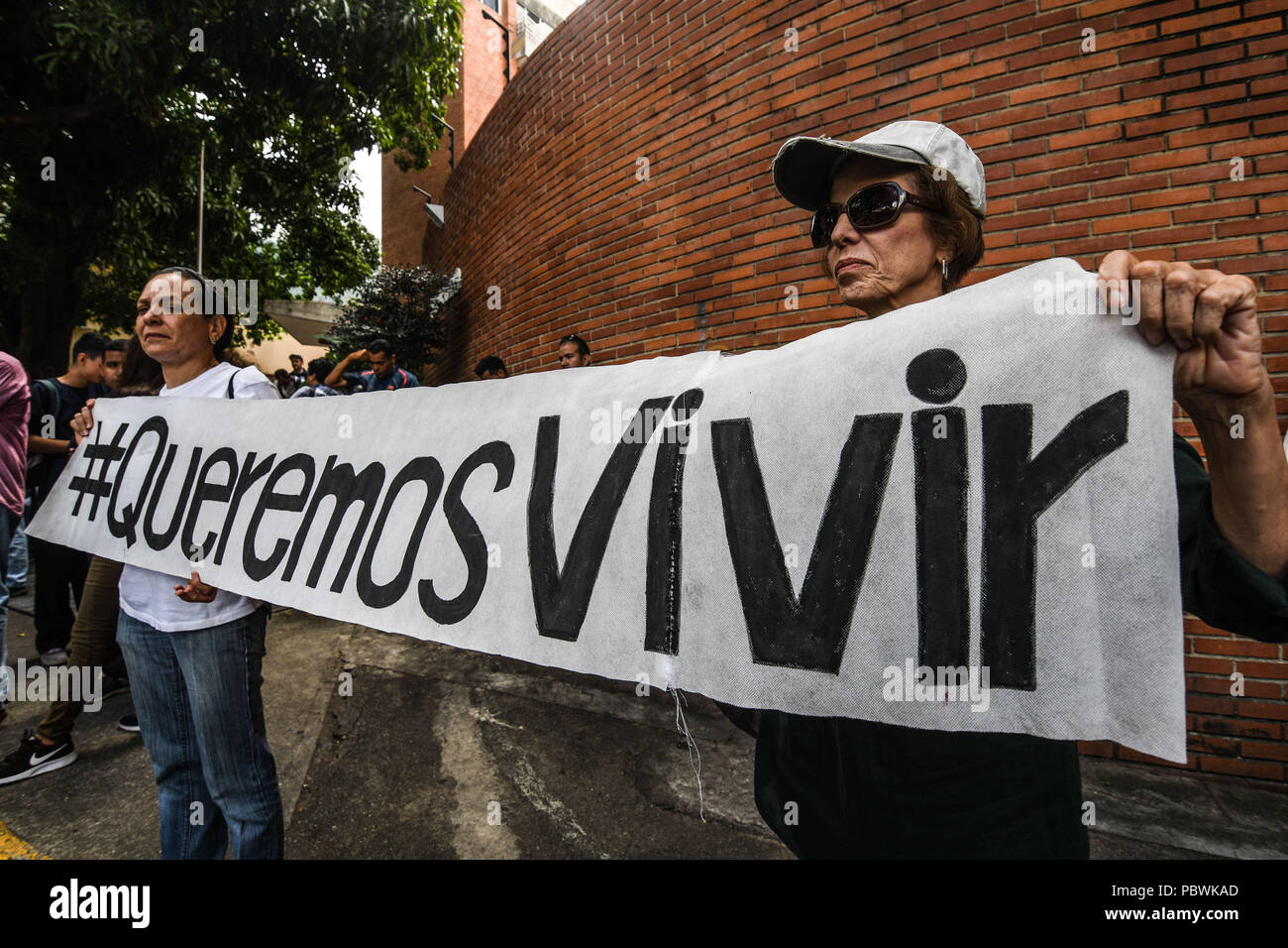 Caracas, Miranda, Venezuela. 30th July, 2018. Relatives of sick patients seen holding a banner during the demonstration.Nurses, doctors and patients protest in front of the World Health Organization offices in Caracas for the lack of medicines and treatment in the hospitals. The government led by President Nicolas Maduro still does not solve the problem in the health sector and does not allow the humanitarian aid of other nations. Credit: Roman Camacho/SOPA Images/ZUMA Wire/Alamy Live News Stock Photo