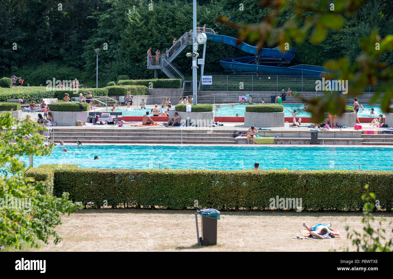 30.07.2018, Germany, Herford: View of an outdoor pool filled with water. At temperatures around 35 degrees Celsius many people in NRW are looking to cool down during the summer heat e.g. in an outdoor swimming pool or at an ice cream parlour. July is one of the hottest months since the beginning of weather records. Of all things, the high 'July' could set a new heat record at the end of the month. Photo: Friso Gentsch/dpa - Stock Image