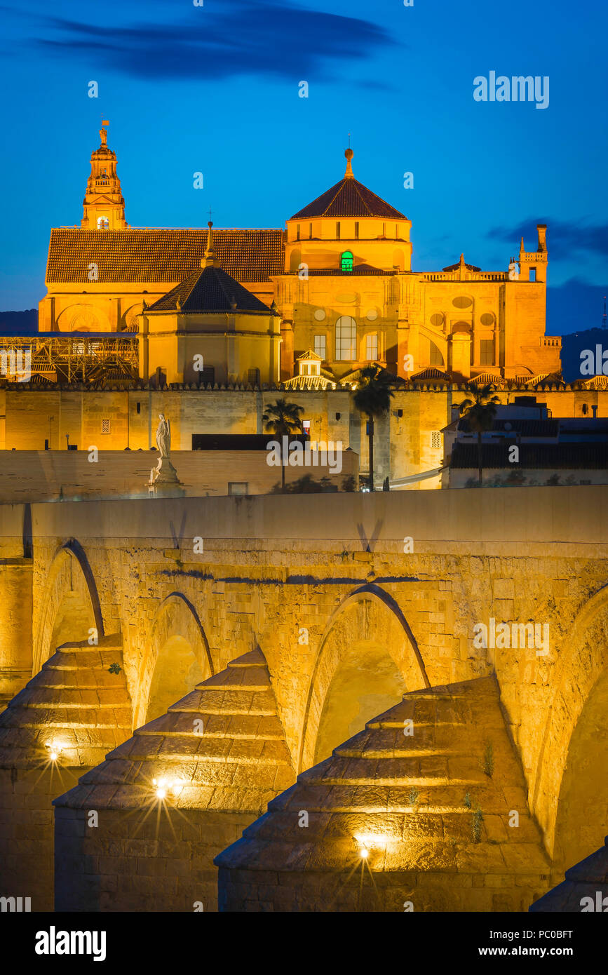 Andalucia Spain Moorish, view at night across the Roman bridge (Puente Romano) towards the Cathedral Mosque (La Mezquita) in Cordoba, Andalucia,Spain. - Stock Image