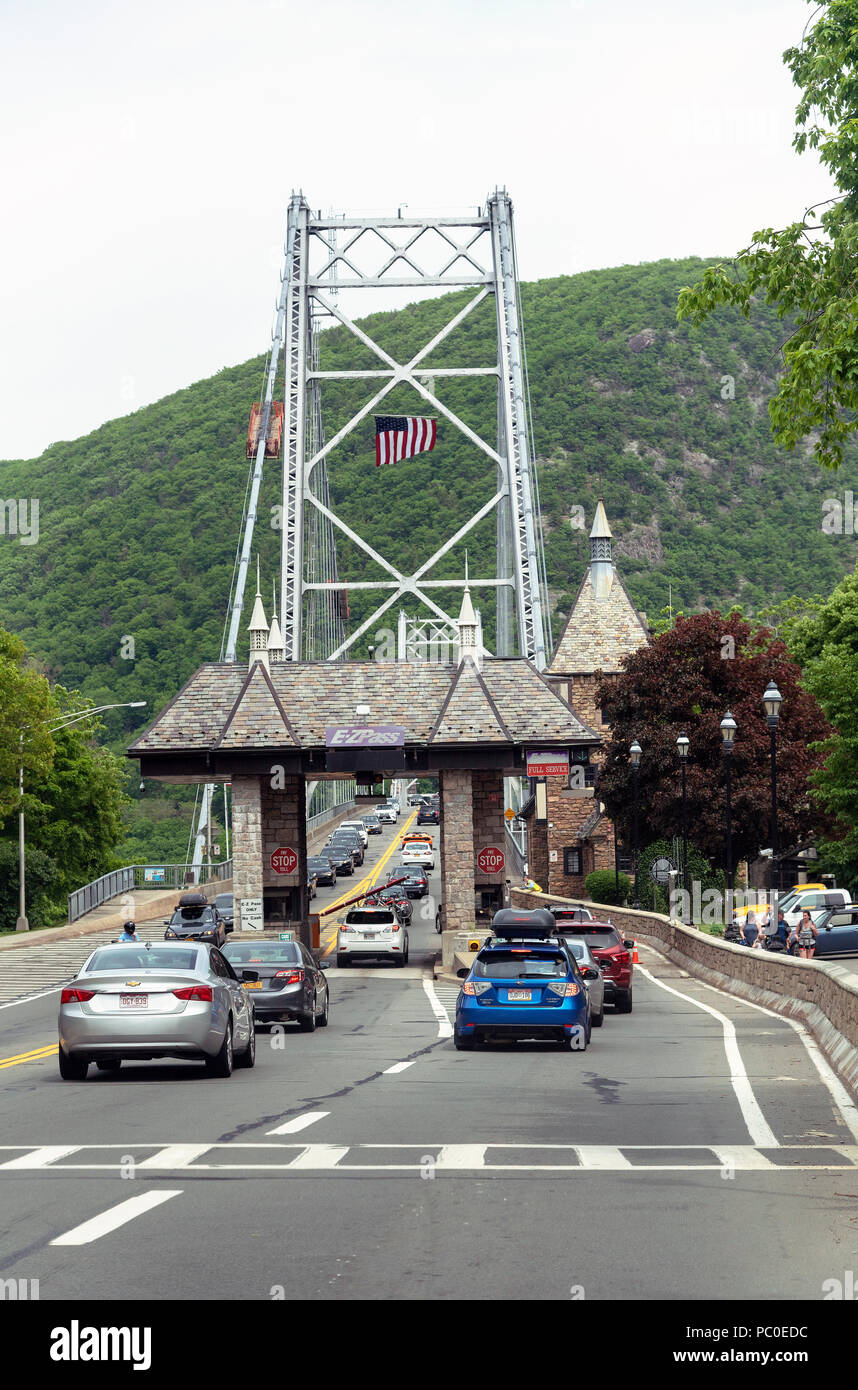 Bear Mountain suspension bridge, New York State, USA Cars inline to pay the toll fee - Stock Image