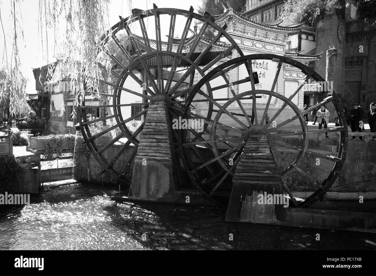 Old chinese water mill in the entrance of the Old Town of Lijiang (Yunnan, China) - Stock Image