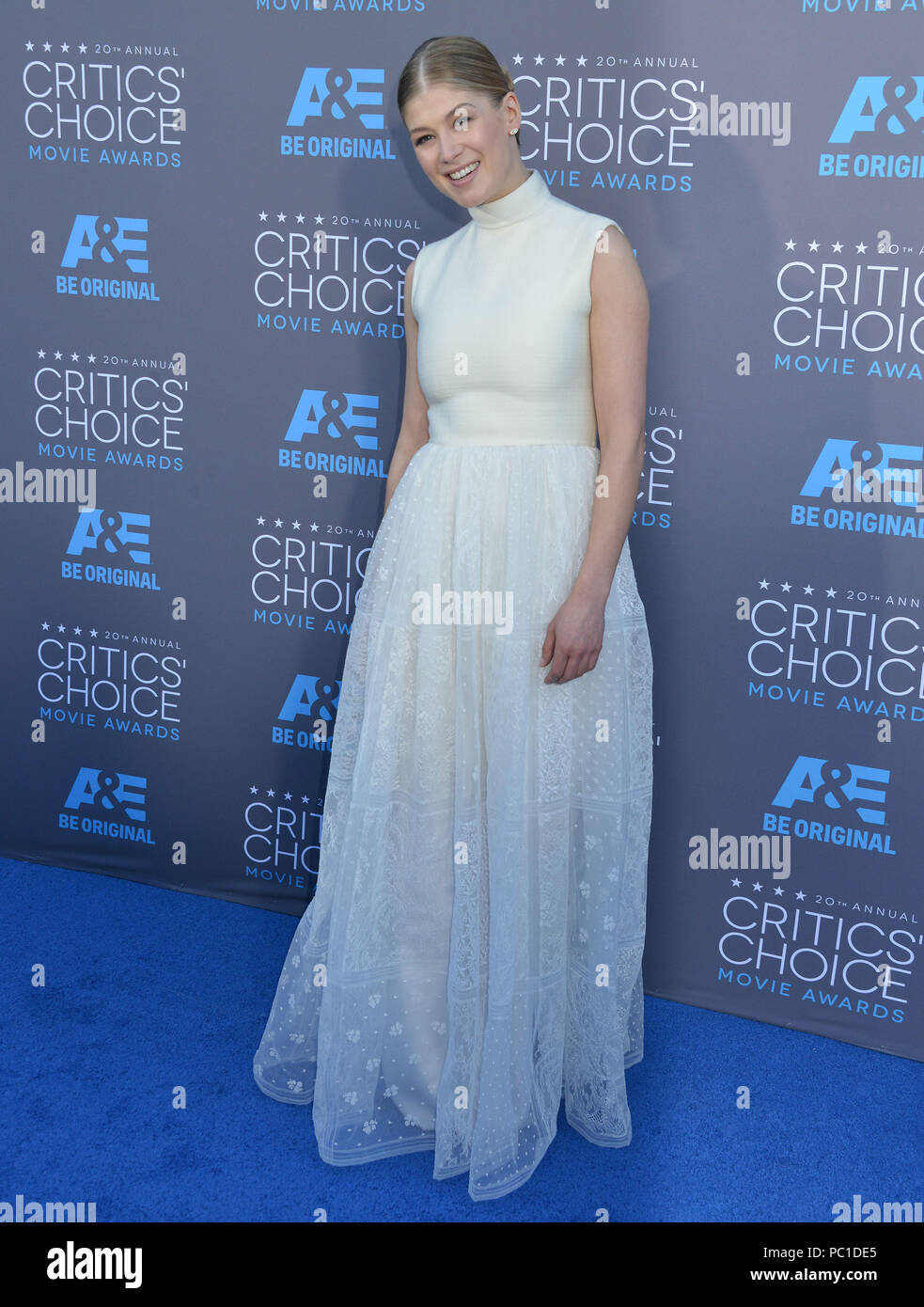 Rosamund Pike 118 at the 2015 Critics' Choice Movie Awards at the The Palladium theatre in Los Angeles. January 15, 2015Rosamund Pike 118  Event in Hollywood Life - California, Red Carpet Event, USA, Film Industry, Celebrities, Photography, Bestof, Arts Culture and Entertainment, Topix Celebrities fashion, Best of, Hollywood Life, Event in Hollywood Life - California, Red Carpet and backstage, movie celebrities, TV celebrities, Music celebrities, Topix, Bestof, Arts Culture and Entertainment, vertical, one person, Photography,   Fashion, full length, 2014 inquiry tsuni@Gamma-USA.com , Credit T - Stock Image