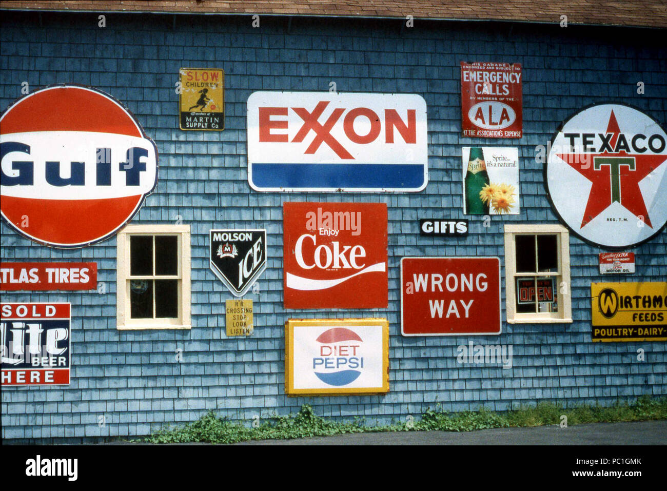 Display of various metal logos for famous brands and businesses in U.S.A. - Stock Image