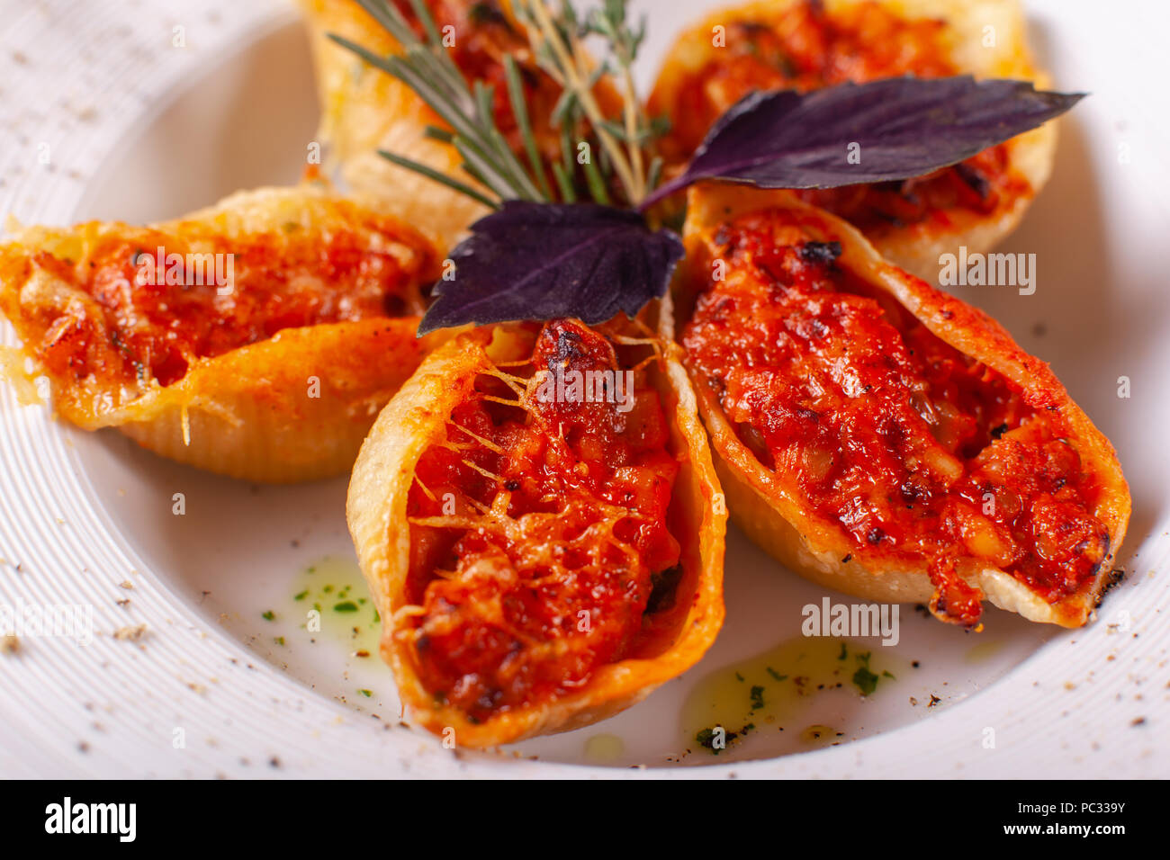 Shellfish stuffed with minced meat: in Russian and in Italian