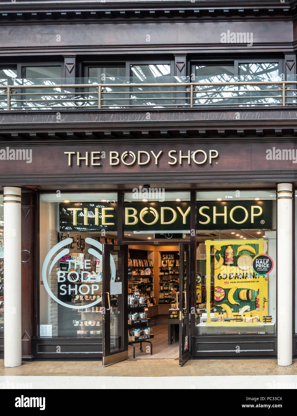The Body Shop retail outlet in the concourse of Glasgow Central Station. Toiletries, skin care and beauty products. - Stock Image