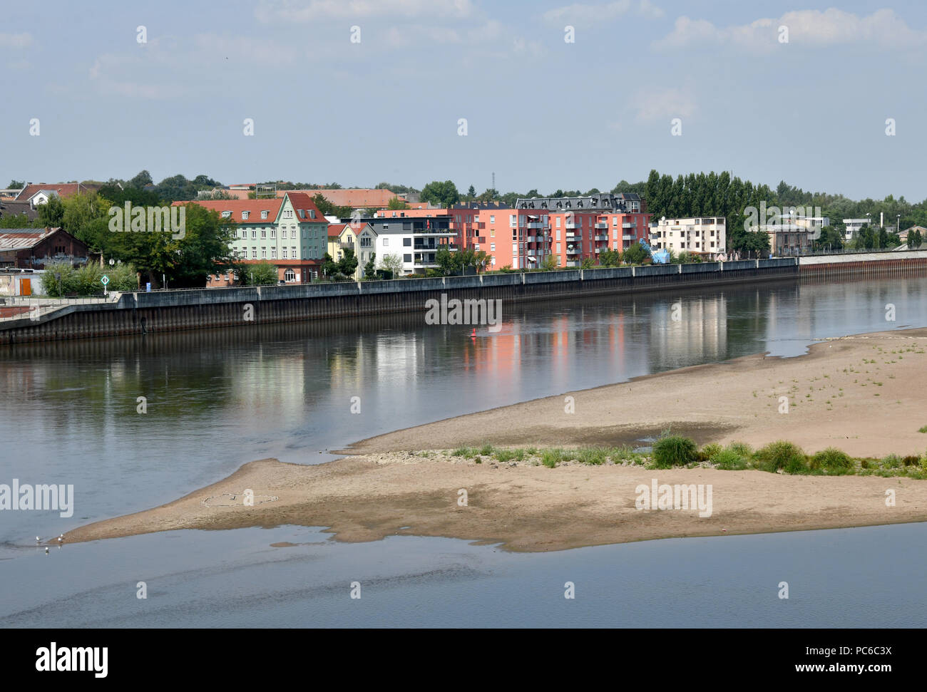 01 August 2018, Germany, Frankfurt (Oder): The buildings of the city are reflected in the low water of the Oder. Photo: Bernd Settnik/dpa-Zentralbild/dpa - Stock Image