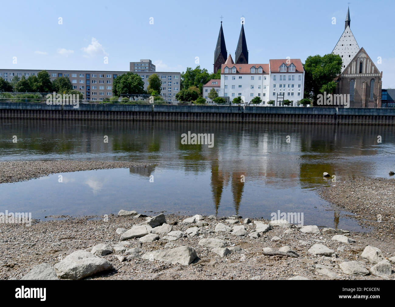 01 August 2018, Germany, Frankfurt (Oder): The Friedenskirche (l) and the Konzerthaus (r) in the former Franciscan monastery church are reflected in the low tide of the Oder. Photo: Bernd Settnik/dpa-Zentralbild/dpa - Stock Image