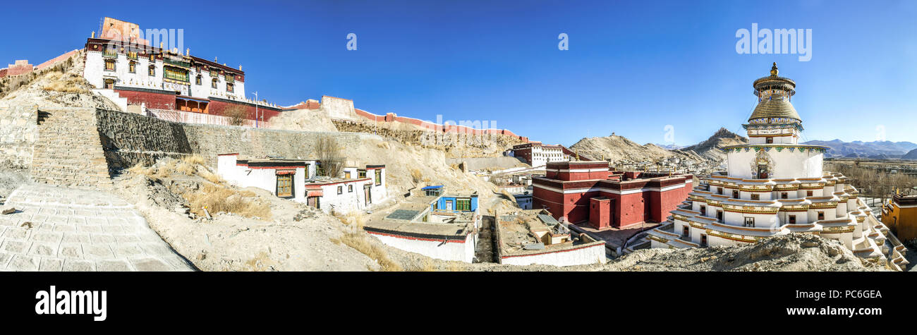 Gyantse Kumbum in Pelkor Chode or Palcho monastery with Gyantse Dzong or fort in the background, Tibet - Stock Image