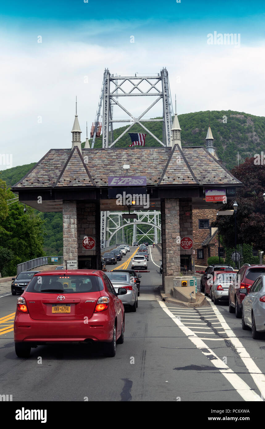 Bear Mountain suspension bridge, New York State, USA Cars inline to pay the toll fee Stock Photo