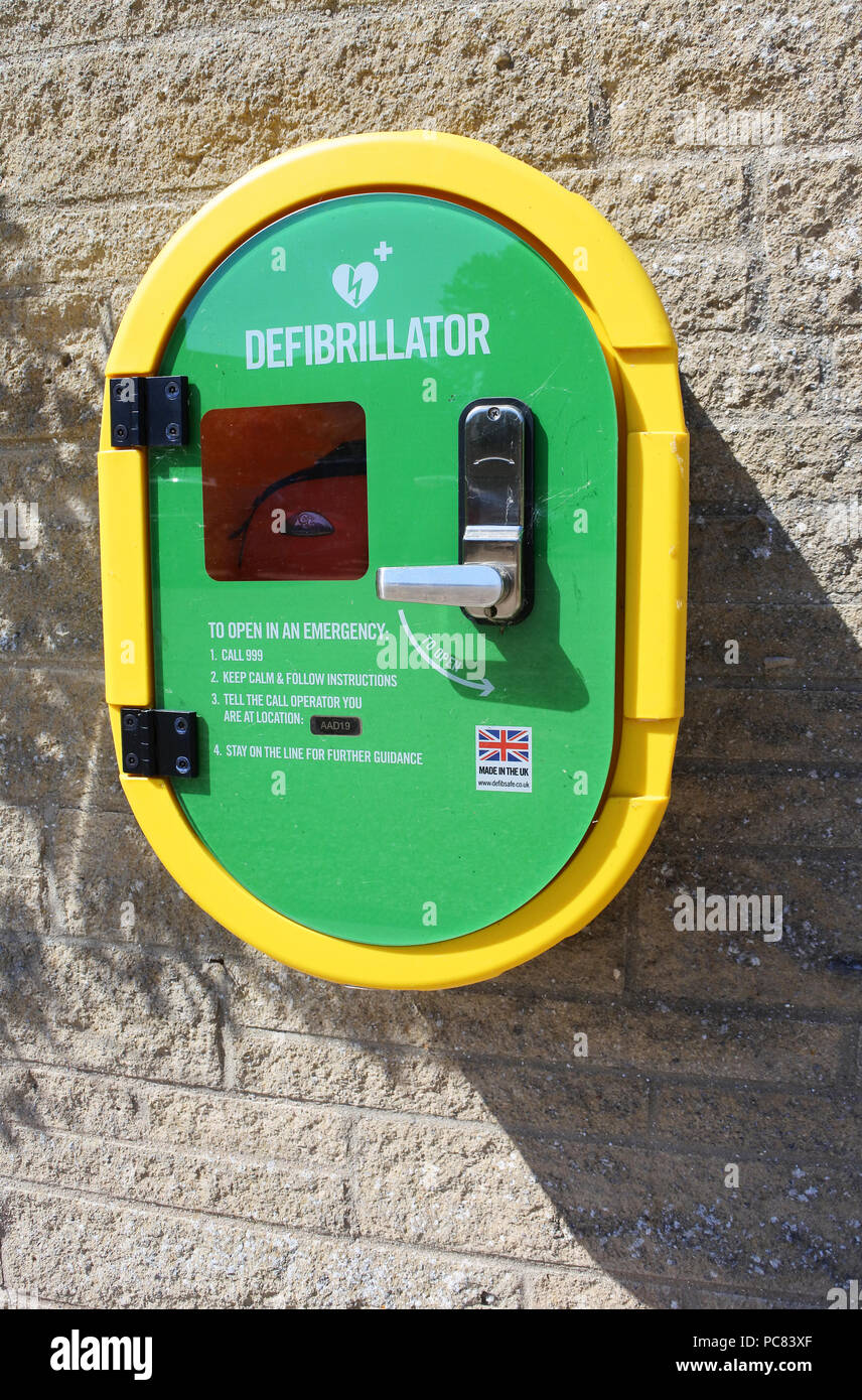 Exterior wall mounted defibrillator for use by the general public - John Gollop - Stock Image