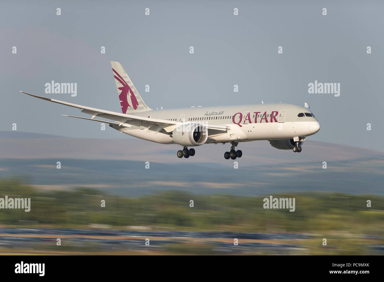 A Qatar Airways Boeing 787-8 comes in to land at Manchester Airport, UK. - Stock Image