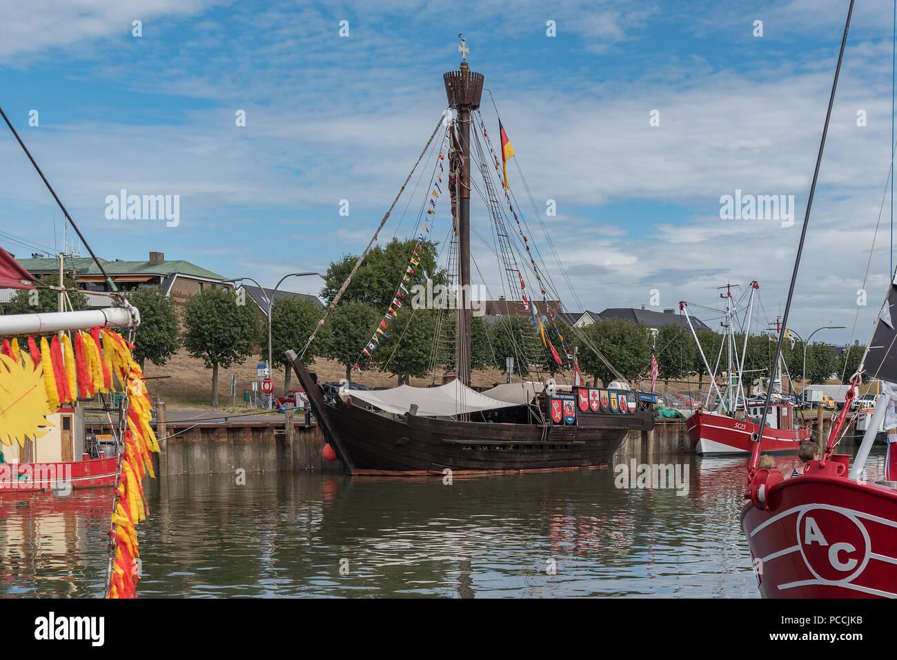 Die Ubena von Bremen zwischen Krabbenkuttern im Hafen von Büsum - Stock Image