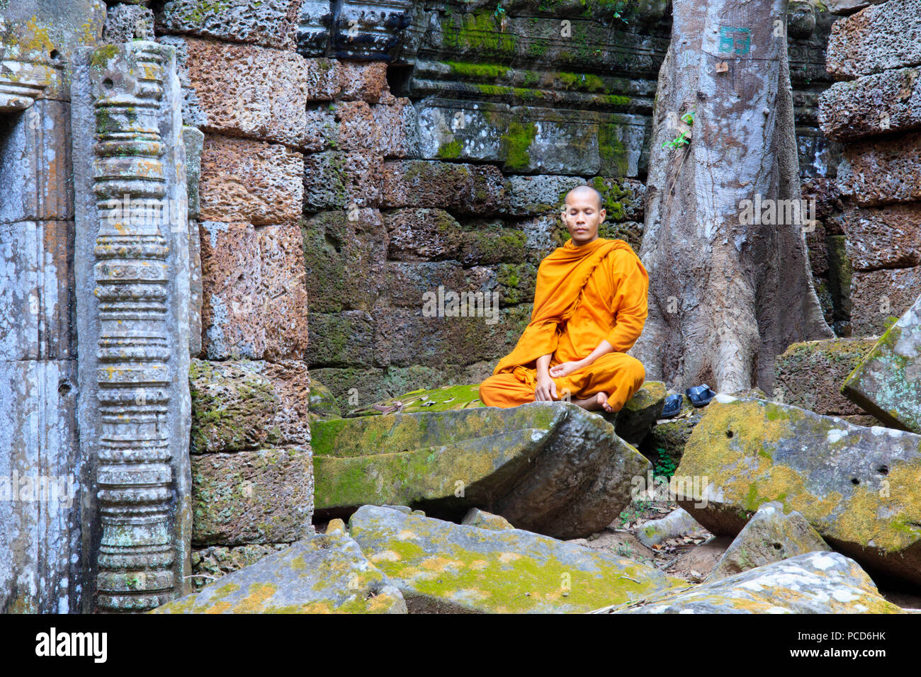 Buddhist monk sitting in a ruined temple in Angkor, UNESCO World Heritage Site, Siem Reap, Cambodia, Indochina, Southeast Asia, Asia - Stock Image