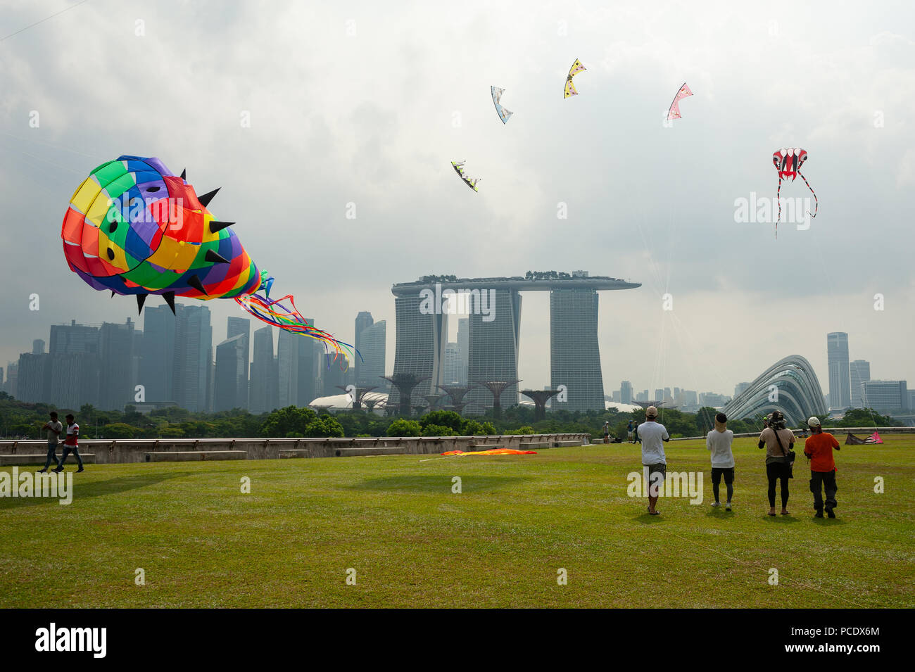 29.07.2018, Singapore, Republic of Singapore, Asia - People are seen flying kites on the Marina Barrage rooftop garden. - Stock Image