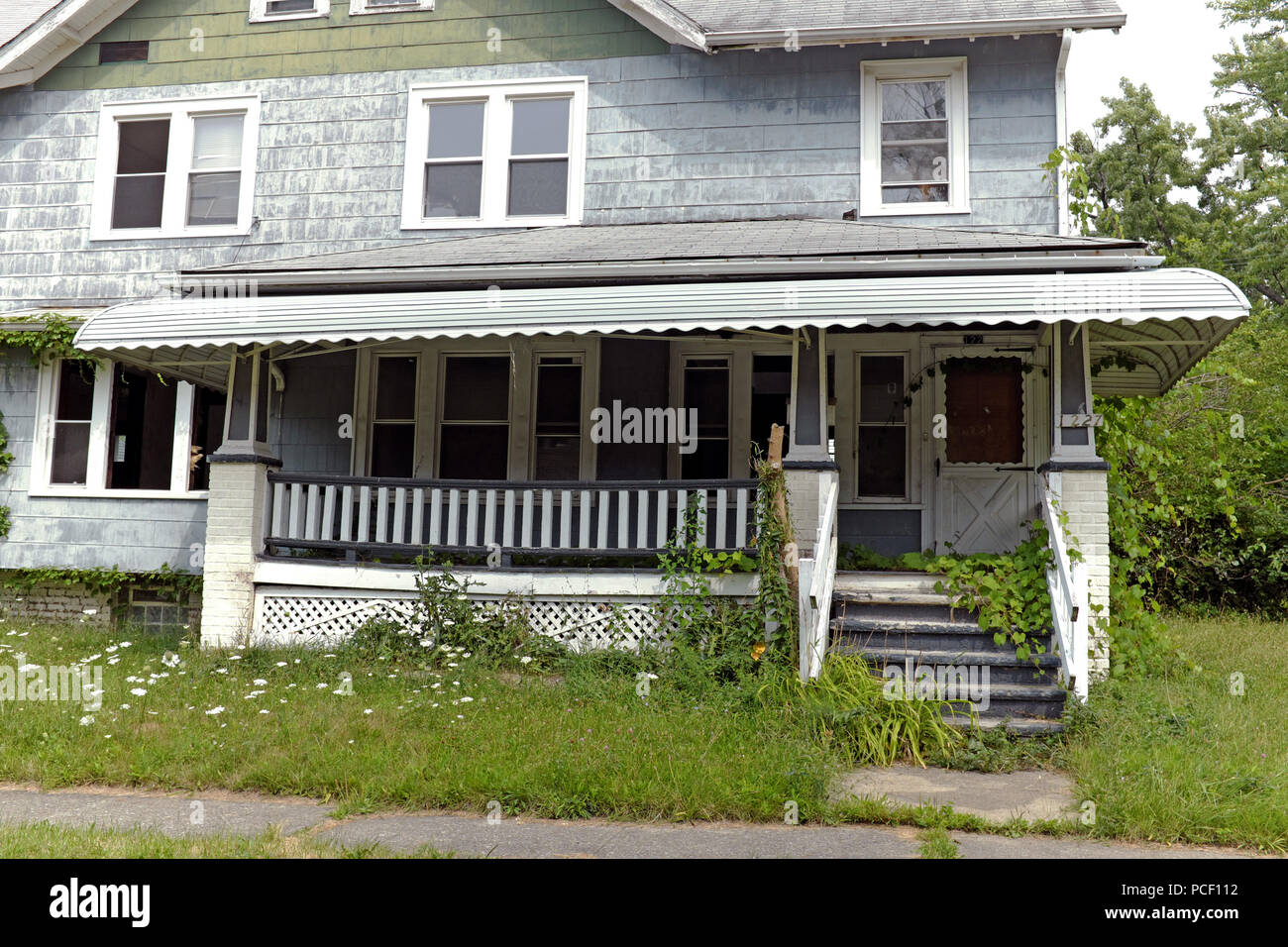 Vacant run-down house in the residential neighborhood of East Cleveland in Cleveland, Ohio, USA. - Stock Image