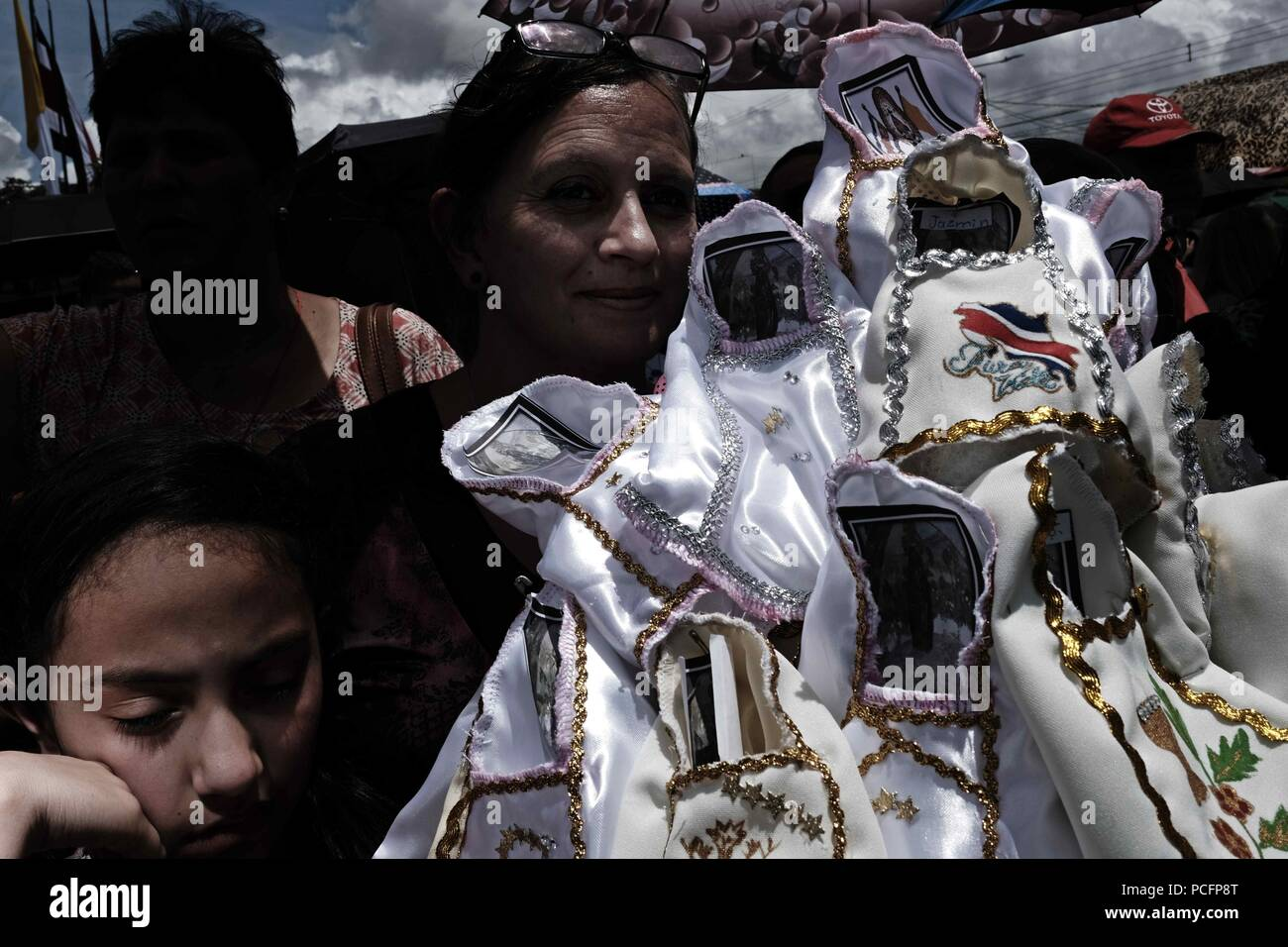 Cartago, Costa Rica. 02nd Aug, 2018. Thousands of Costa Ricans participate in the traditional pilgrimage towards the Basilica de los Angeles, in Cartago, Costa Rica, 1 August 2018. Thousands of Costa Ricans perform today the traditional pilgrimage to thank favors or ask for miracles to the Virgin of the Angels, patron of Costa Rica, in the largest show of Catholic faith in this Central American country. Credit: Jeffrey Arguedas/EFE/Alamy Live News - Stock Image