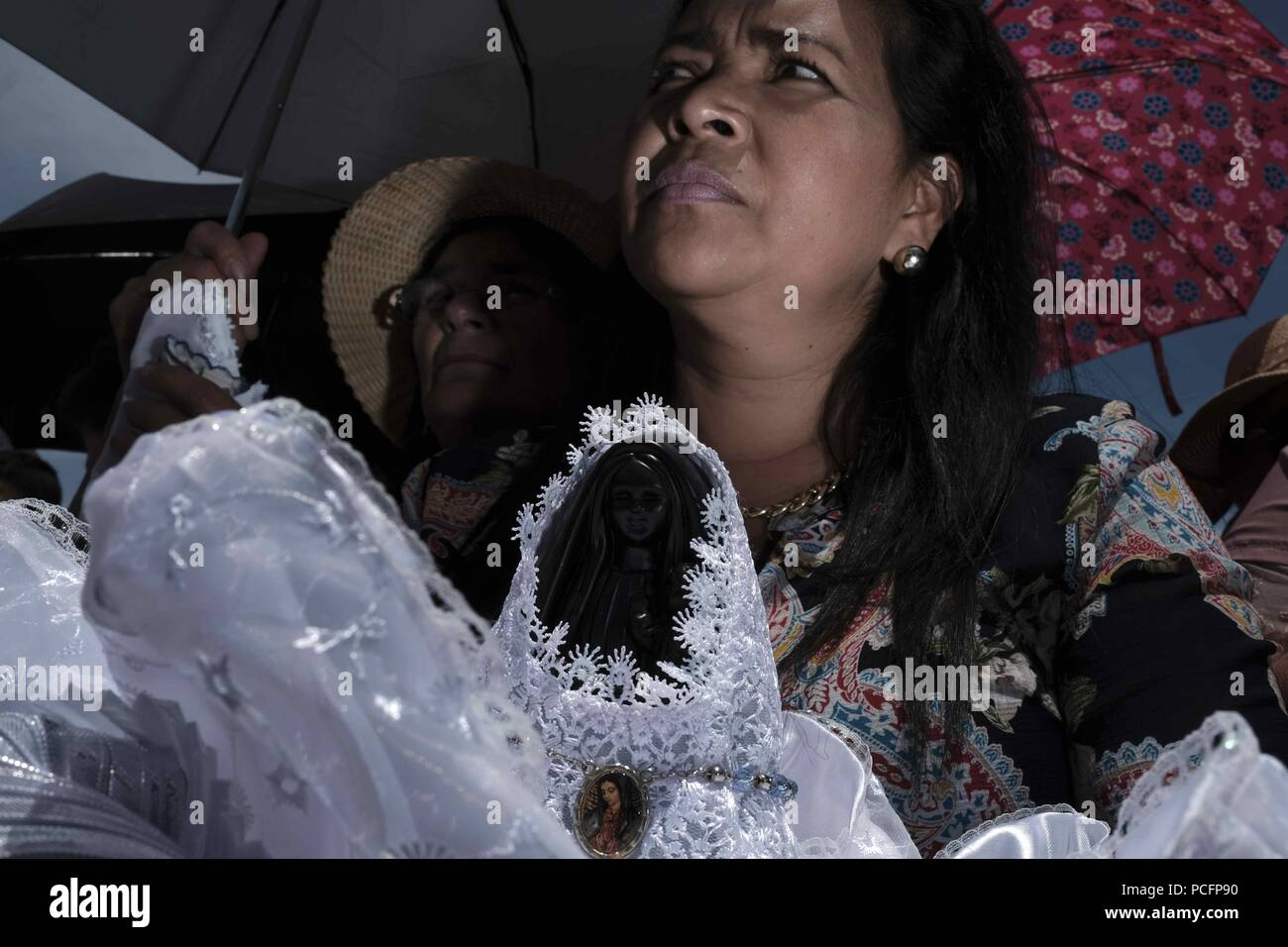 Cartago, Costa Rica. 02nd Aug, 2018. Several women hold figures of the 'Bold' as they call the Virgin of the Angels during the traditional pilgrimage towards the Basilica de los Angeles, in Cartago, Costa Rica, 1 August 2018. Thousands of Costa Ricans perform today the traditional pilgrimage to thank favors or ask for miracles to the Virgin of the Angels, patron of Costa Rica, in the largest show of Catholic faith in this Central American country. Credit: Jeffrey Arguedas/EFE/Alamy Live News - Stock Image