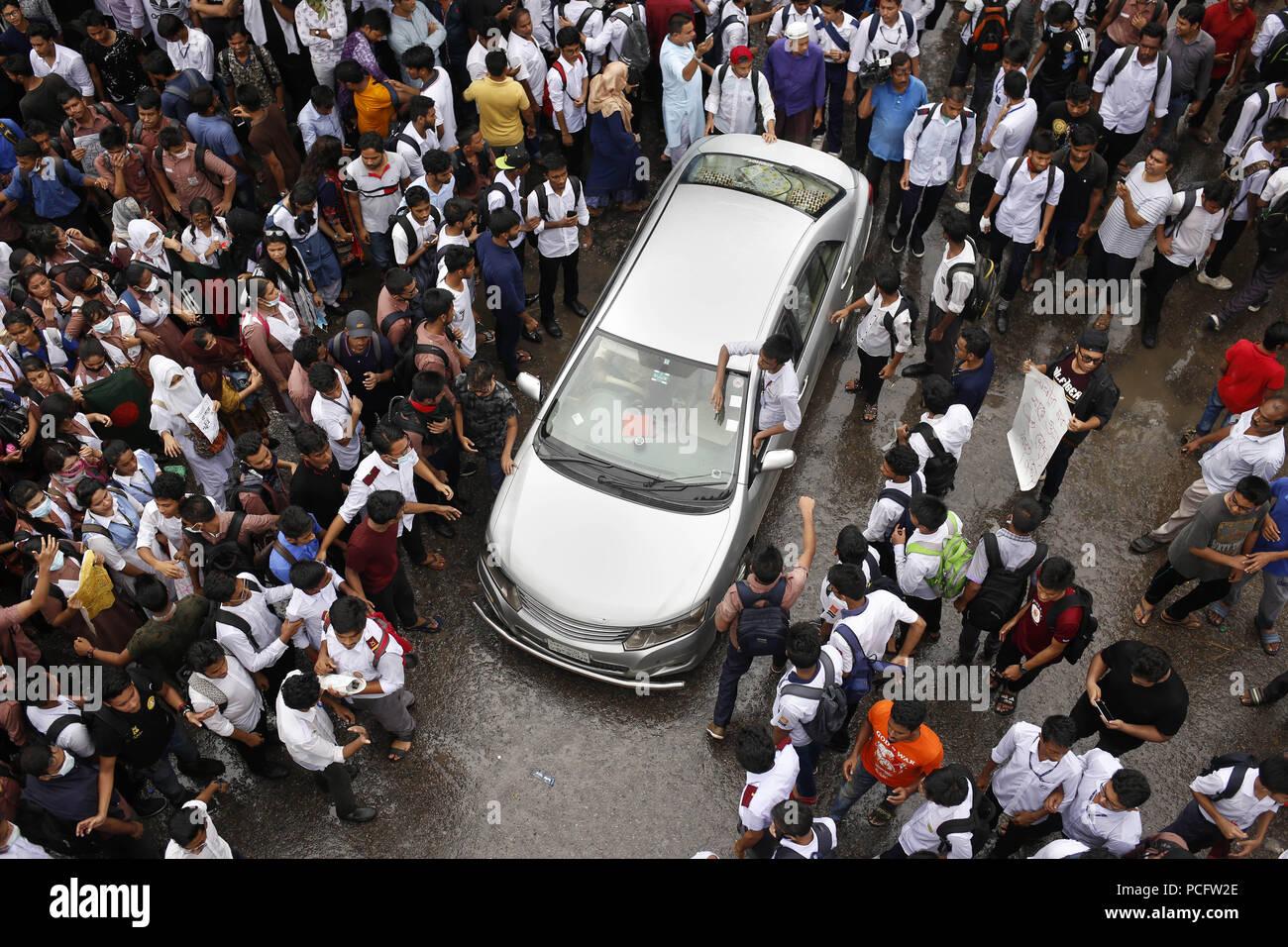 Dhaka, Bangladesh  2nd Aug, 2018  Students block a road during a
