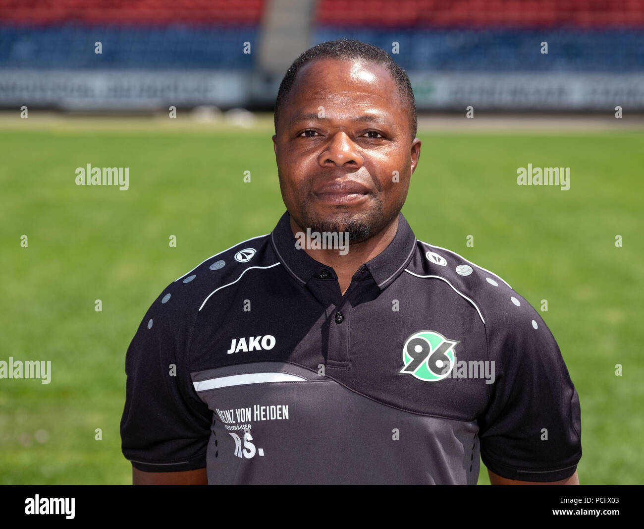 German Bundesliga, official photocall Hannover 96 for season 2018/19 in Hannover, Germany: kitman Raymond Saka ; Photo: Peter Steffen/dpa | usage worldwide - Stock Image