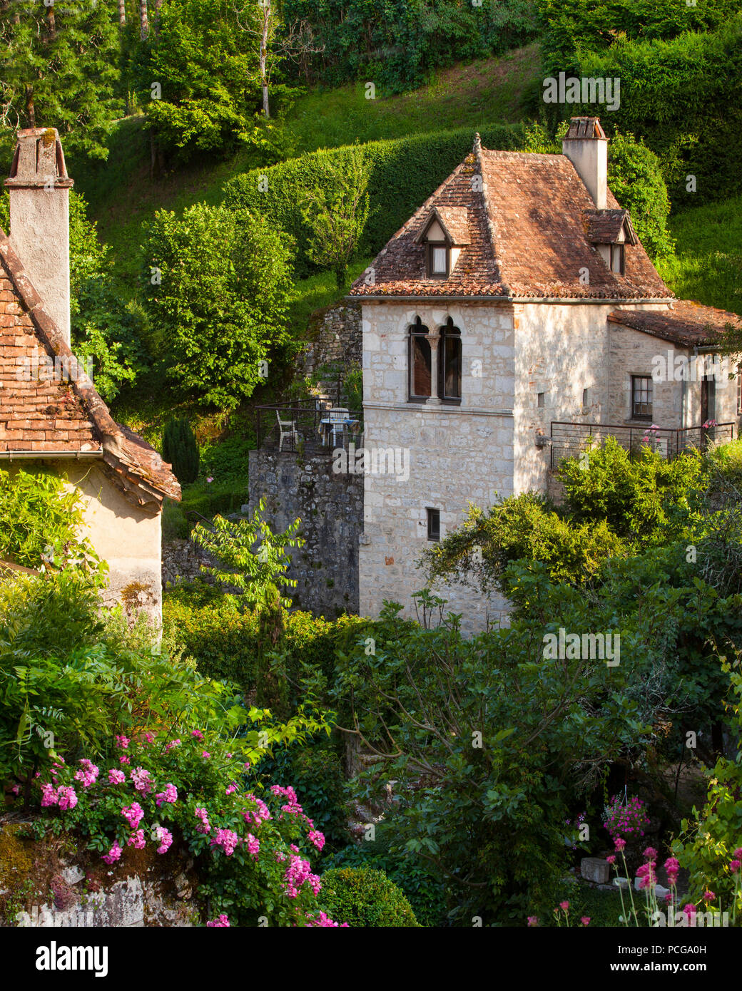 Homes and flower gardens in Saint-Cirq-Lapopie, Lot Valley, Midi-Pyreness France - Stock Image