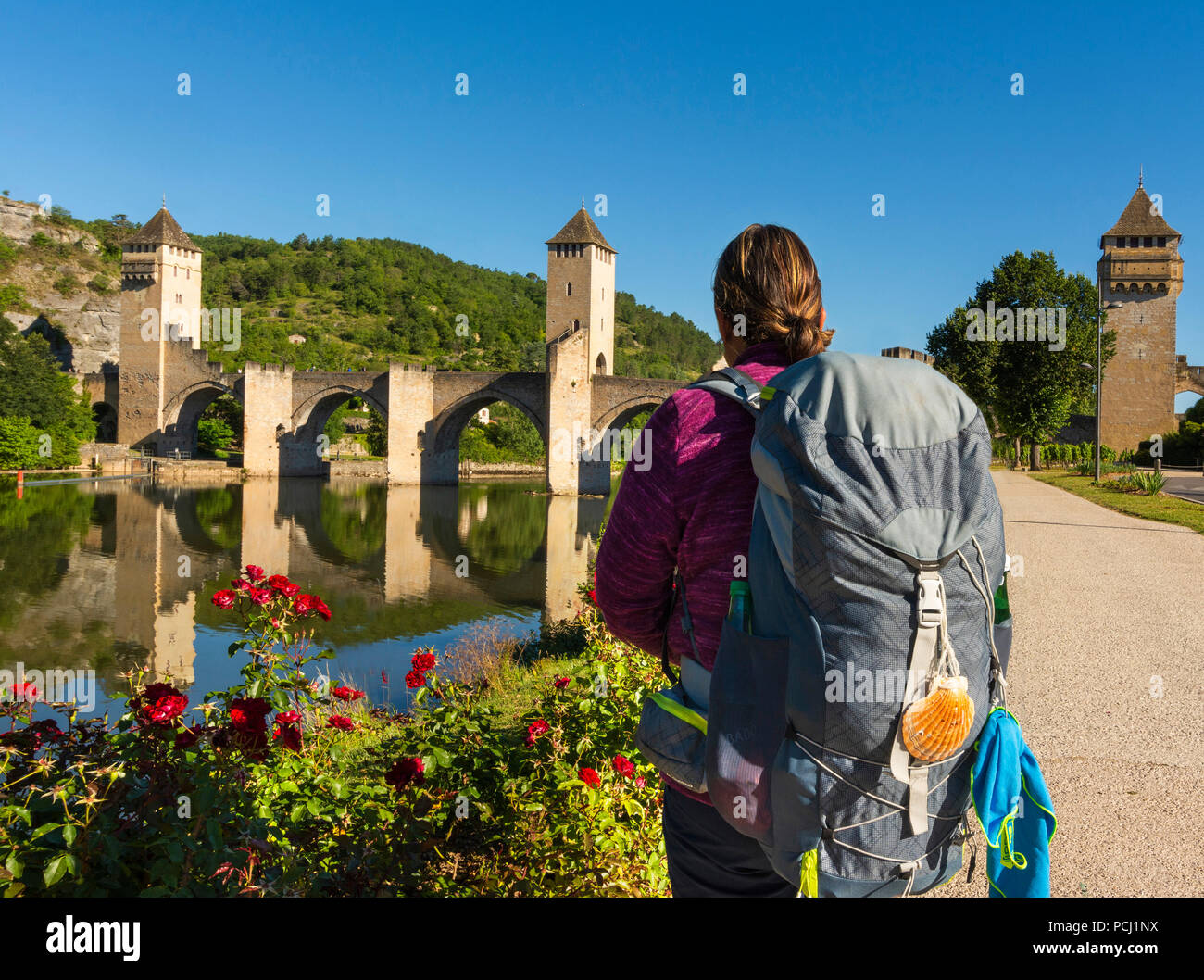 Pilgrim on Pont Valentre bridge (Unesco World Heritage), Santiago de Compostela pilgrimage road, River Lot, Cahors, Departement Lot, Occitanie, France - Stock Image