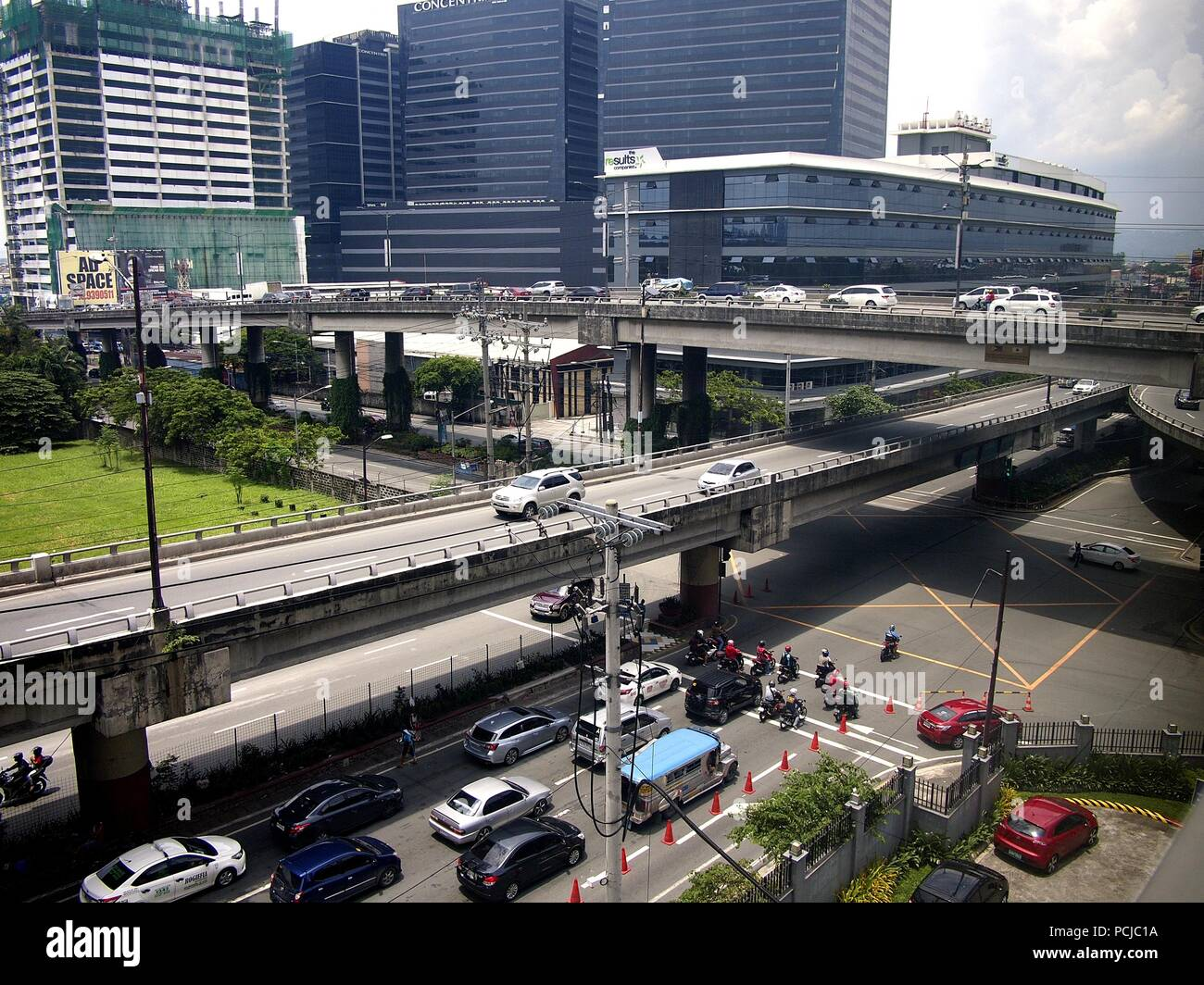 PASIG CITY, PHILIPPINES - JULY 29, 2018: Flyovers, buildings and bridges at a busy intersection in Pasig City, Philippines. - Stock Image