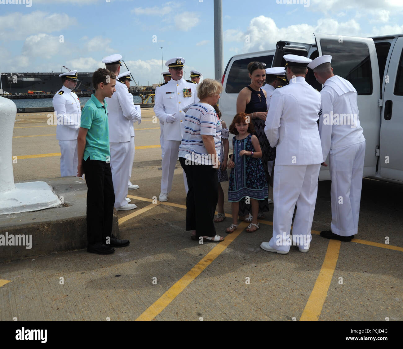 NORFOLK, Va. (Aug. 1, 2018) Family members are greeted by Sailors as they arrive to the Submarine Squadron Six change of command aboard the Virginia-class attack submarine USS Washington (SSN 787) in Norfolk, Va. Capt. Martin Muckian relieved Capt. Carl Hartsfield as Commander, Submarine Squadron Six.  (U.S. Navy photo by Chief Mass Communication Specialist Darryl Wood/Released) - Stock Image