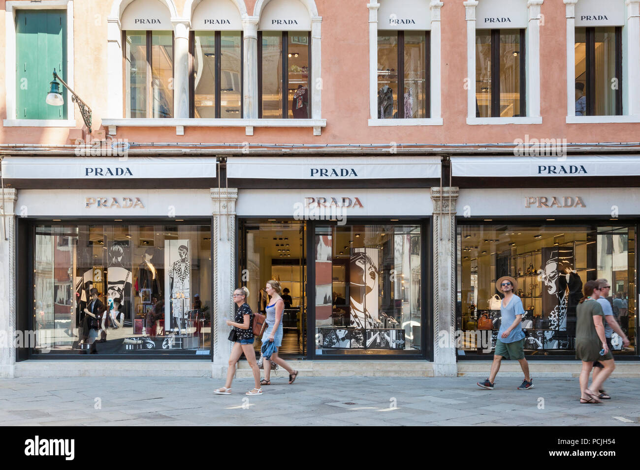 Fashion Outlet Stock Photos & Fashion Outlet Stock Images - Alamy