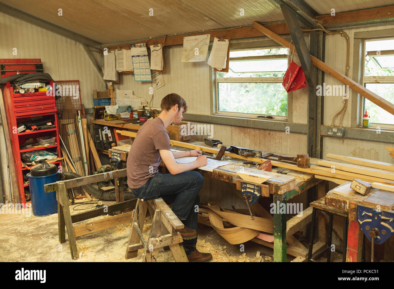 Male carpenter working in workshop - Stock Image