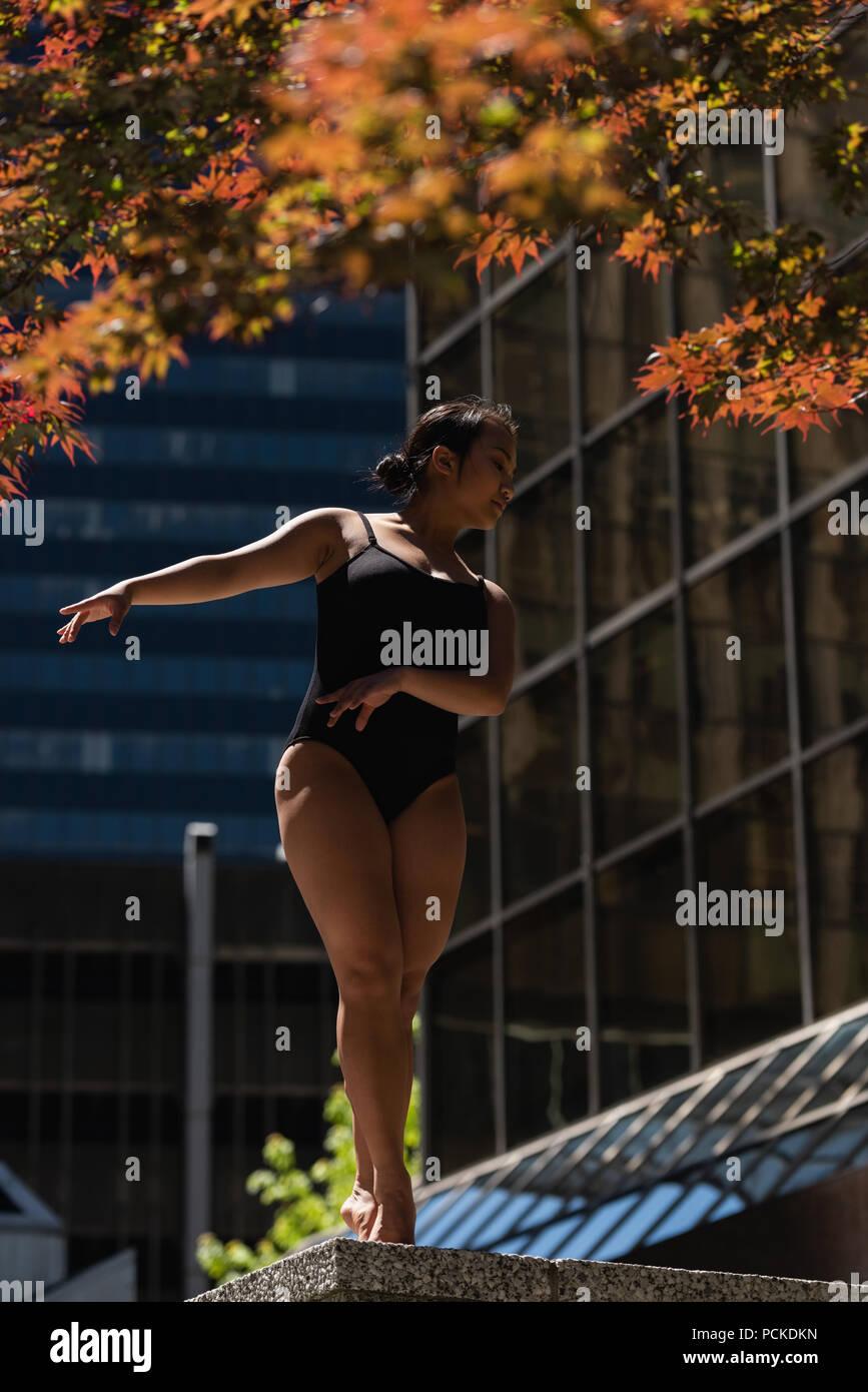Female ballet dancer dancing in the city - Stock Image