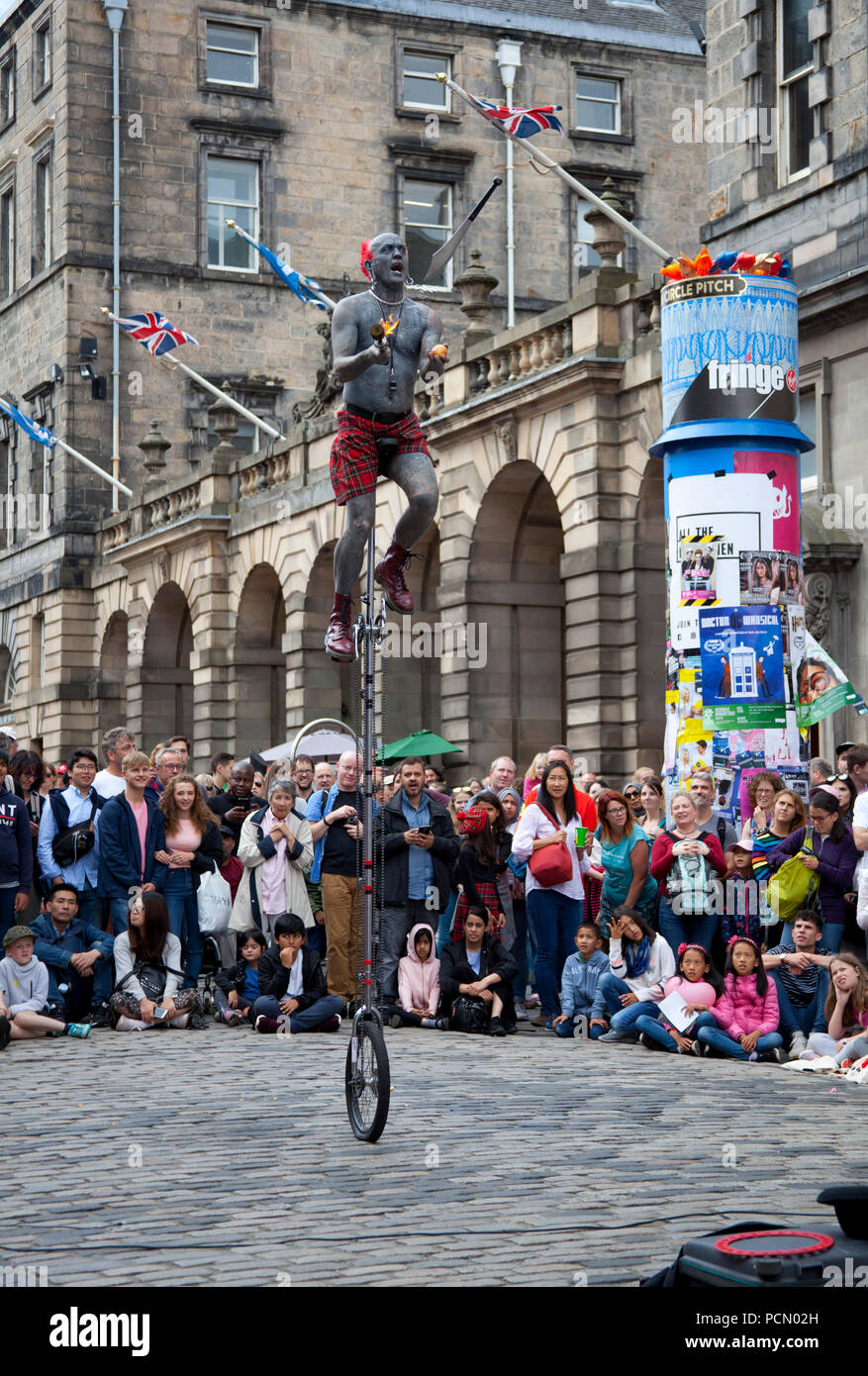 Opening day of 2018 Edinburgh Fringe Festival, Scotland UK, 3 Aug.2018. Big audiences for the street performers on the city's Royal Mile for the first day of the 2018 Edinburgh Fringe Festival. - Stock Image