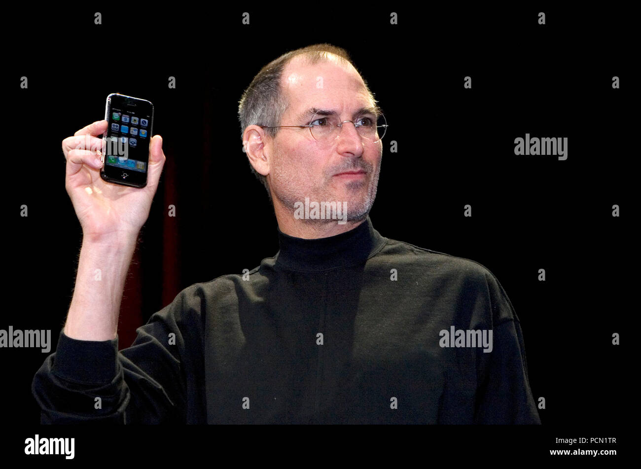 Jan 09, 2007; San Francisco, CA, USA; Apple Computer Inc. Chief Executive Officer STEVE JOBS introduces the iPhone, a mobile phone based on its best- selling iPod device, and changed the company's name to Apple Inc. at Macworld 2007 in San Francisco, California Credit: Krista Kennell/ZUMAPRESS.com/Alamy Live News - Stock Image