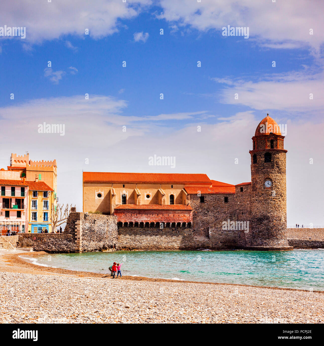 The beach and the Church of Notre Dame des Anges at Collioure, Languedoc-Roussillon, Pyrenees-Orientales, France. - Stock Image